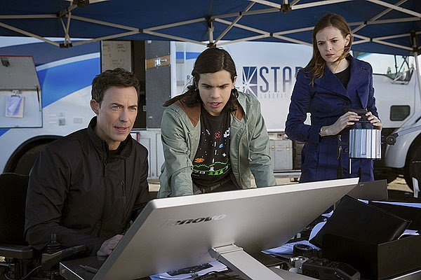 Tom Cavanagh, Carlos Valdes and Danielle Panabaker as Harrison Wells, Cisco Ramon and Caitlin Snow in CW The Flash Season 1   Pilot Episode 1 City of Heroes