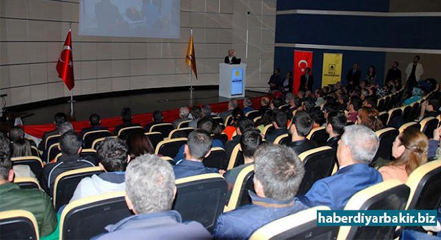 DİYARBAKIR-Diyarbakır Dicle Üniversitesinde 53. Kütüphane Haftası münasebetiyle 'Üçüncü Mekân Kütüphaneler' temasıyla program düzenlendi. Programda İslam toplumlarındaki kitap bilincinin önemine ve kitapların medeniyetlerin inşasında önemli bir yere sahip olduğuna dikkat çekildi.