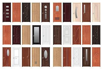 Çeşitli renk ve desenlerde dış kapı modellerini gösteren resim