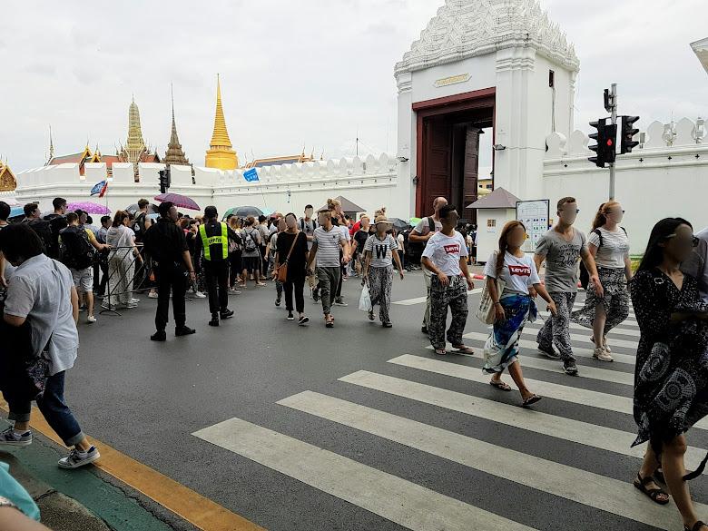 大皇宮入口,擠滿各地來的遊客