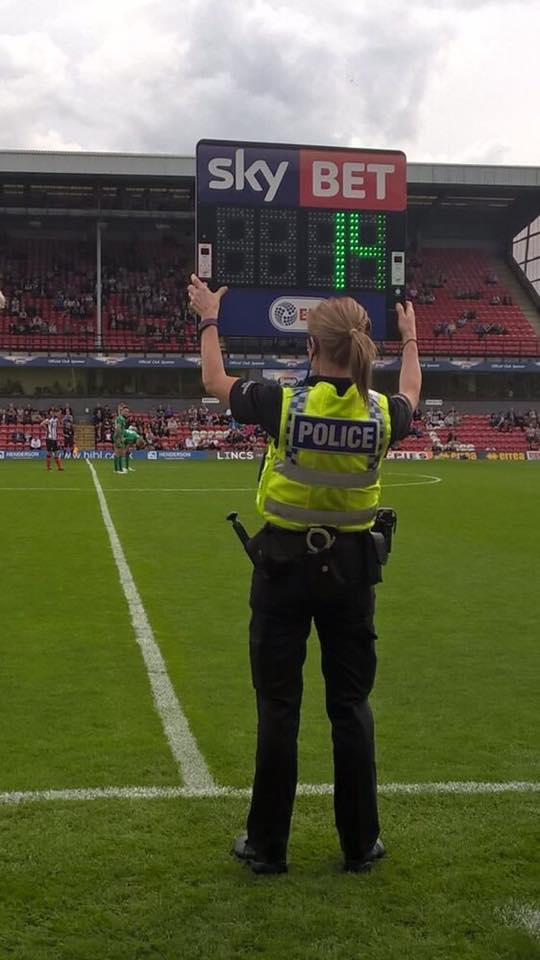 Una Policía Hace De Cuarto árbitro
