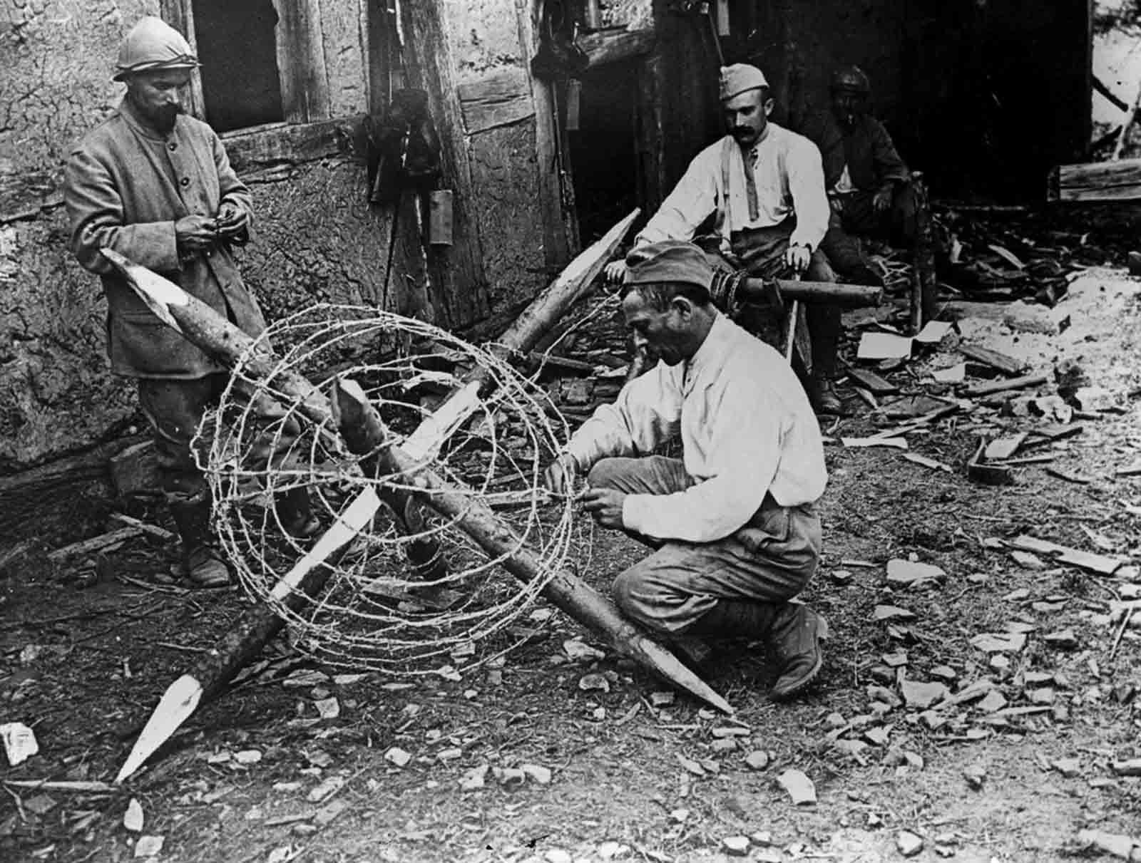 Un hombre construye obstáculos de alambre de púas en el Somme. Septiembre de 1916.