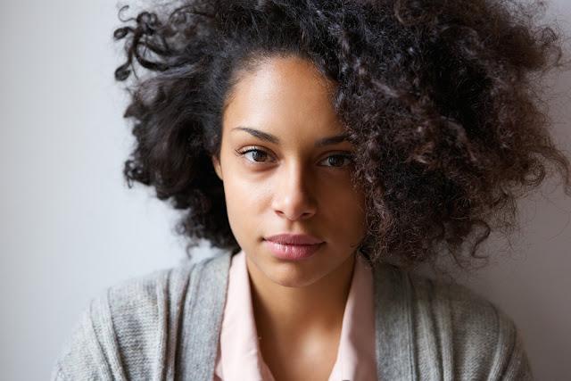 mujer latino americana con el pelo rizo