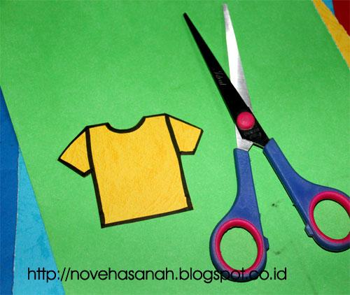 langkah berikutnya adalah melakukan pengguntingan gambar. Gambar t-shirt digunting di bagian sisi terluar garis yang telah dibuat dengan spidol