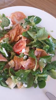 salade van rucola met zalm en tomaat