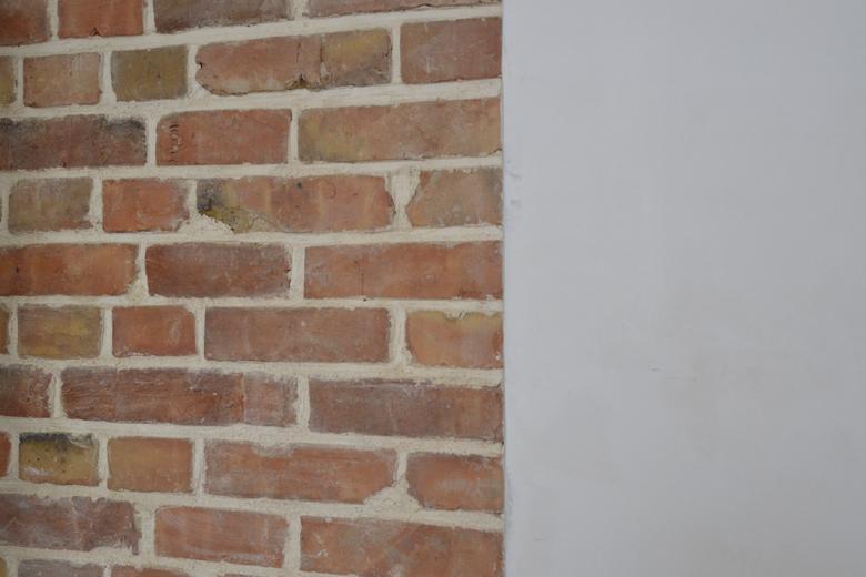 gładź wapienna na ścianie z cegły