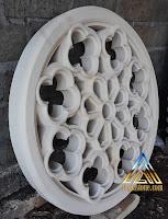 Roster ukir bulat atau angin angin berfungsi sebagai ventilasi udara yang dibuat dari batu alam putih gunungkidul
