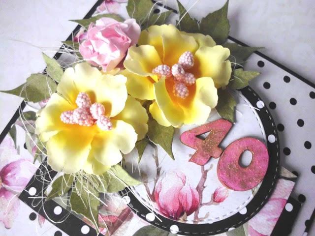 kartka ozdobiona kwiatami, tekturkami i papierami do scrapbookingu
