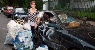 تجمع القمامة من الشوارع برغم من أنها مليونيرة