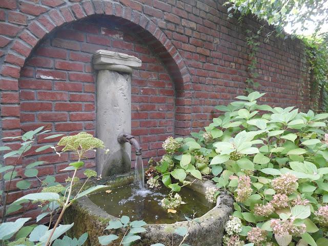 zdrój wodny w ogrodzie