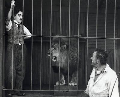 """Чарли Чаплин в клетке со львом (""""Цирк"""")"""