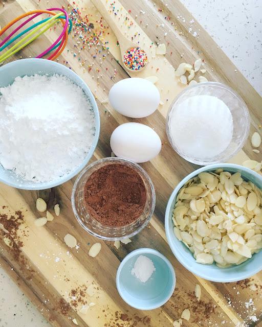 Macarons de chocolate con sprinkles