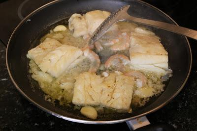 Preparación de lomo de bacalao al ajo