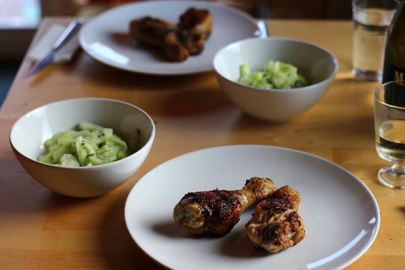 Hähnchenkeulen mit Rosmarinbutter unter der Haut vom Grill mit Gurkensalat | Arthurs Tochter Kocht by Astrid Paul