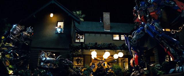 Los autobots en la casa de Sam Witwicky, evitando ser detectados por los padres