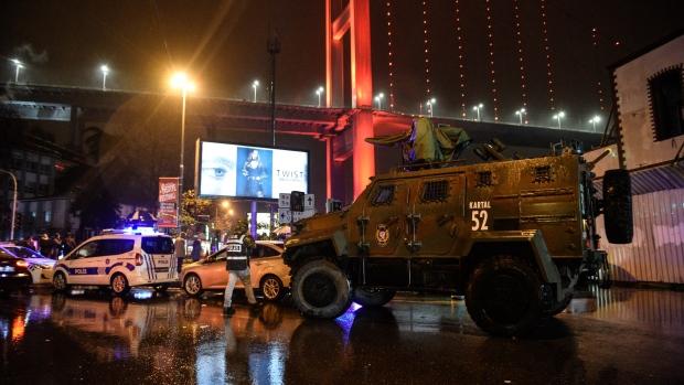 Uma série de disparos foi efetuado dentro de um clube noturno em Istambul, na Turquia; de acordo com a rede turca de televisão NTV, pelo menos duas pessoas teriam participado do ataque que teria deixado entre 20 e 30 pessoas feridas, incluindo dois mortos