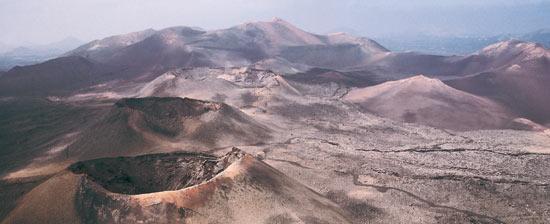 Le parc national de Timanfaya appelé Montañas del Fuego (« montagnes du feu ») est situé sur l'île de Lanzarote dans l'archipel des îles Canaries (Espagne)