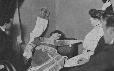 """""""Οι φωτογραφίες των φαντασμάτων"""", το βιβλίο που προκάλεσε αίσθηση το 1912…"""