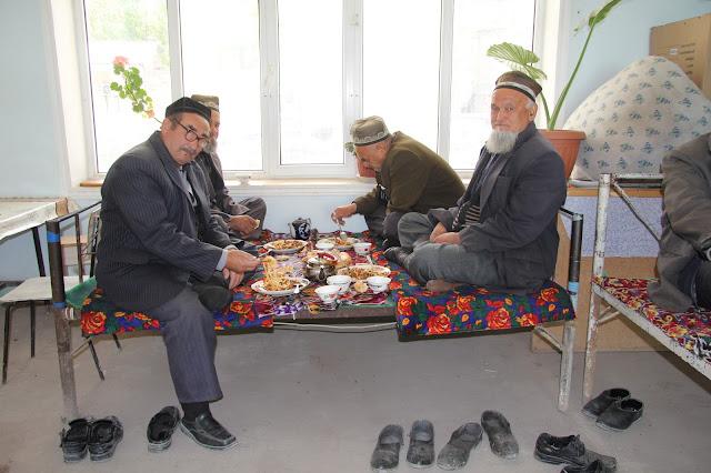 Kirghizistan, Arslanbob, Hayat, chaïkhana Soy Buyi, tapchane, tapshan, aksakals, © L. Gigout, 2012
