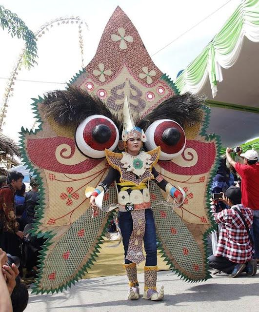 Karnaval busana bambu di Festival Bambu Gintangan.