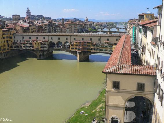 Puente Vecchio y corredor Vasariano en Florencia