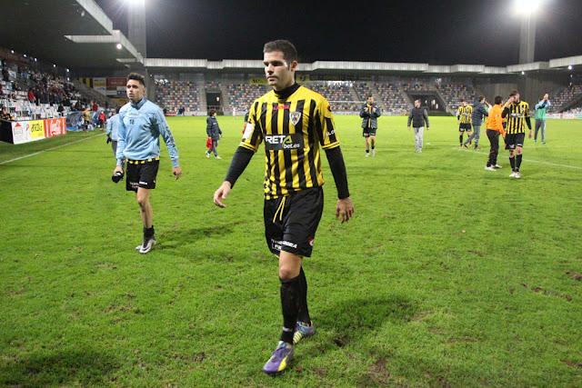Óscar Pérez abandona el campo de Lasesarre en el partido ante el Real Unión en noviembre