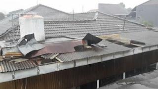 atap beterbangan akibat angin kencang