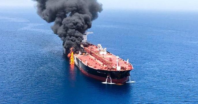 «Κόλαση» στον Κόλπο του Ομάν: Tορπίλες και νάρκες χτύπησαν τα δεξαμενόπλοια