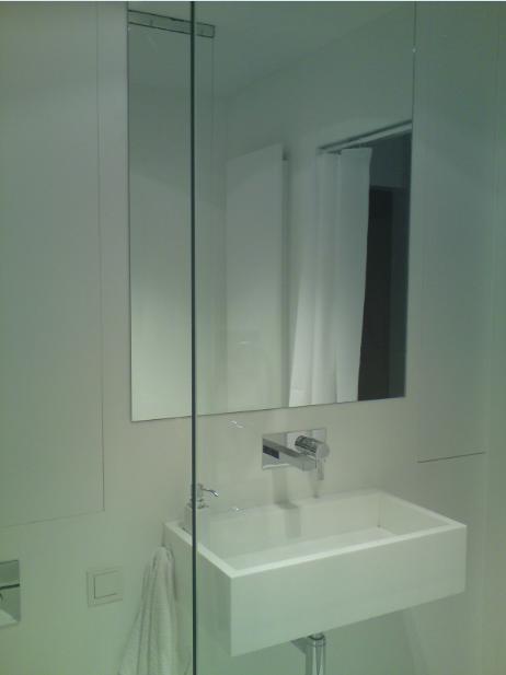 Biała łazienka, staron w łazience