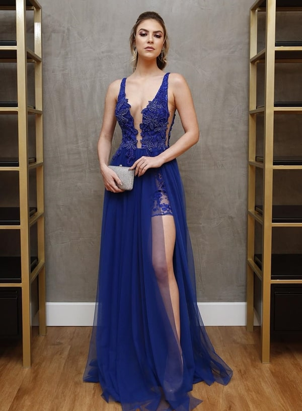 vestido de festa longo azul com transparência nas pernas