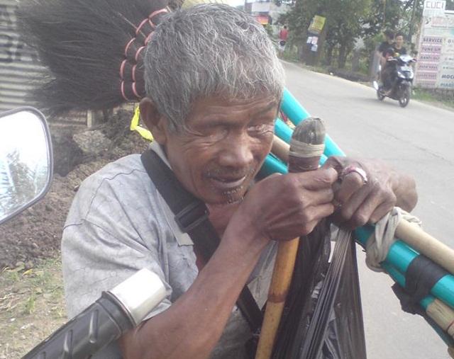 Kisah motivasi seorang kakek buta sebelah berasal dari Madiun mengumpulkan penghasilannya untuk niat Qurban di hari Raya Idul Adha