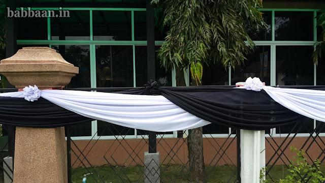ผูกผ้าขาวดำแต่งรั้วบ้าน