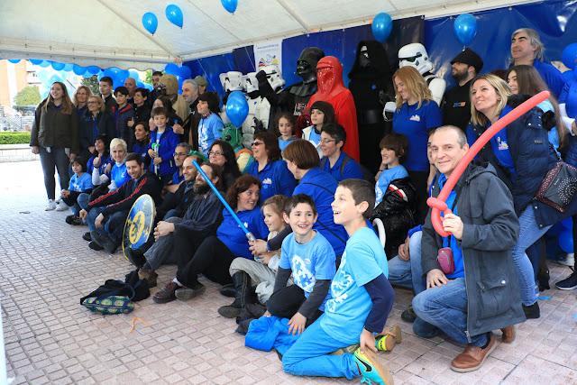 Los participantes en las actividades del día del autismo posan con los personajes de La guerra de las galaxias