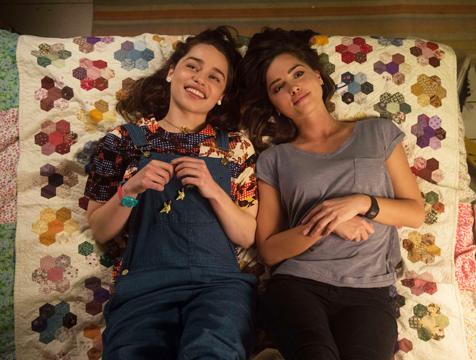 Louisa Clark (Emilia Clarke) y Katrina Treena Clark (Jenna Coleman) en Yo antes de ti - Cine de Escritor