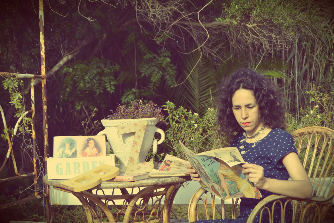 sesion de fotos en jardin, libros, vintage, cenador victoriano, hierro forjado blanco, Mollie creamollie crea