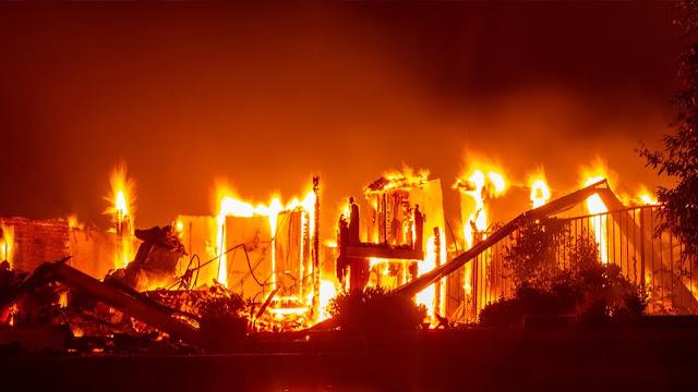37.000 άνθρωποι απομακρύνθηκαν από τα σπίτια τους στις ΗΠΑ - Τεράστιες πυρκαγιές στη Καλιφόρνια (βίντεο)