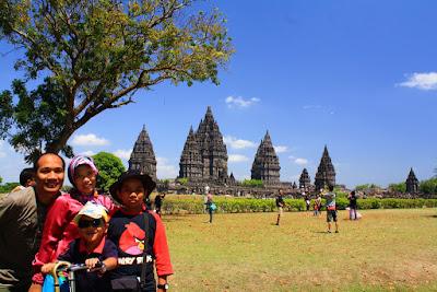 Wefie di kawasan Candi Prambanan, Yogyakarta.