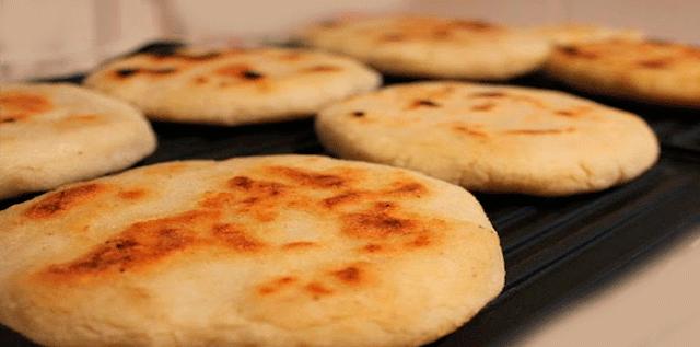 Receta de Arepas de yuca  La receta de arepas de yuca es una opción para cuando para cuando deseamos preparar y comer algo muy especial.