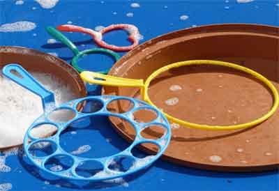 mudah kok membuat tangkai untuk gelembung sabun sederhana kita, anak-anak di kampung bisa menggunakan lidi yang masih segar untuk dilengkungkan dengan berbagai macam bentuk, misalnya seperti angka 9