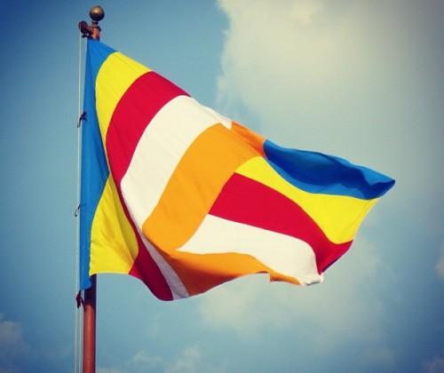 Tại sao trên lá cờ của phật giáo lại có 5 màu