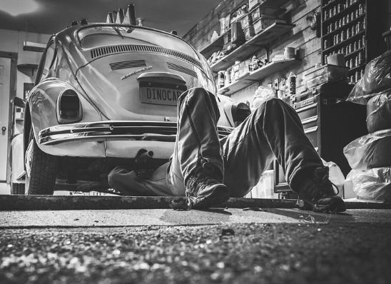 Gambar orang yang sedang reparasi mobil