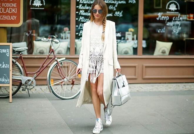 Mùa hạ cần có sneaker trắng bên cạnh cho bạn nữ thêm xin2h
