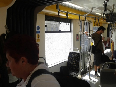Berobbant az új villamos egyik ablaka