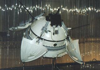 Un modello del lander Mars 3, con la caratteristica forma sferica.