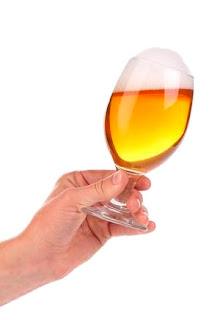 Mirando la espuma de una cerveza en una cata