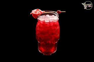 cocteles con mezcal barman in red