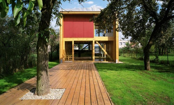 двор с террасой от дома до сада