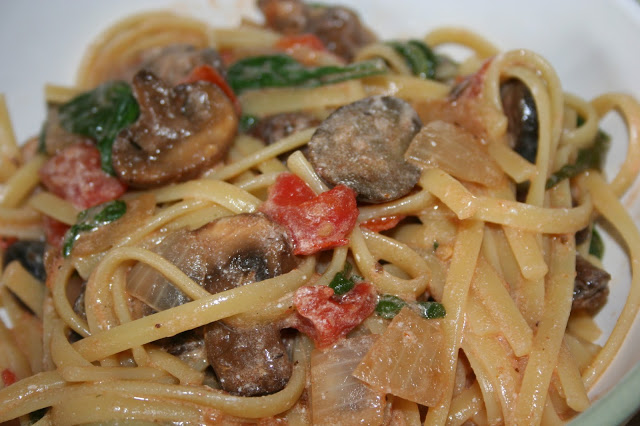 10sp - Creamy Tomato, Mushroom, and Spinach Pasta | Weight Watchers Recipes