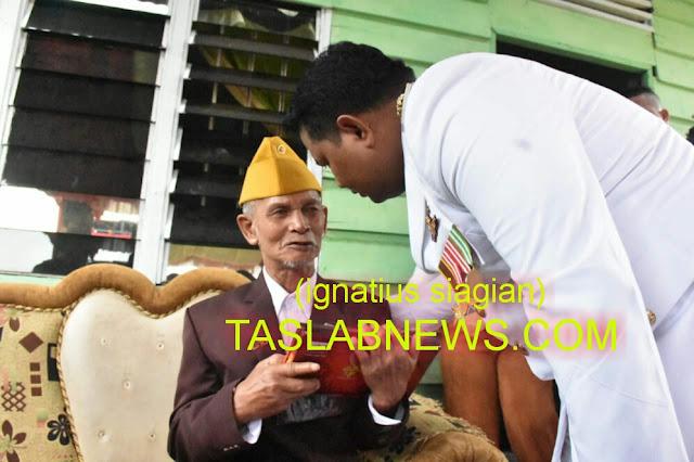Walikota Tanjungbalai H M Syahrial saat menyerahkan penali kasih kepada veteran Morison Sinaga di kediamannya di Jalan Jamin Ginting, Kelurahan Sijambi, Kecamatan Datuk Bandar, Tanjungbalai, Jumat (17/8)