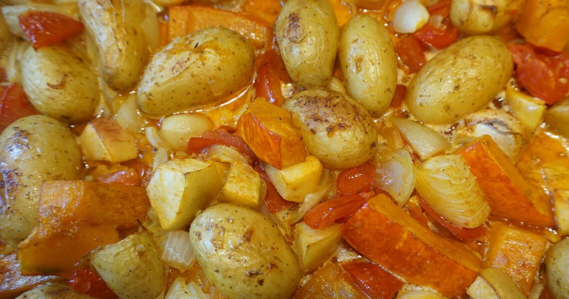Kartoffeln und Kürbis auf dem Blech